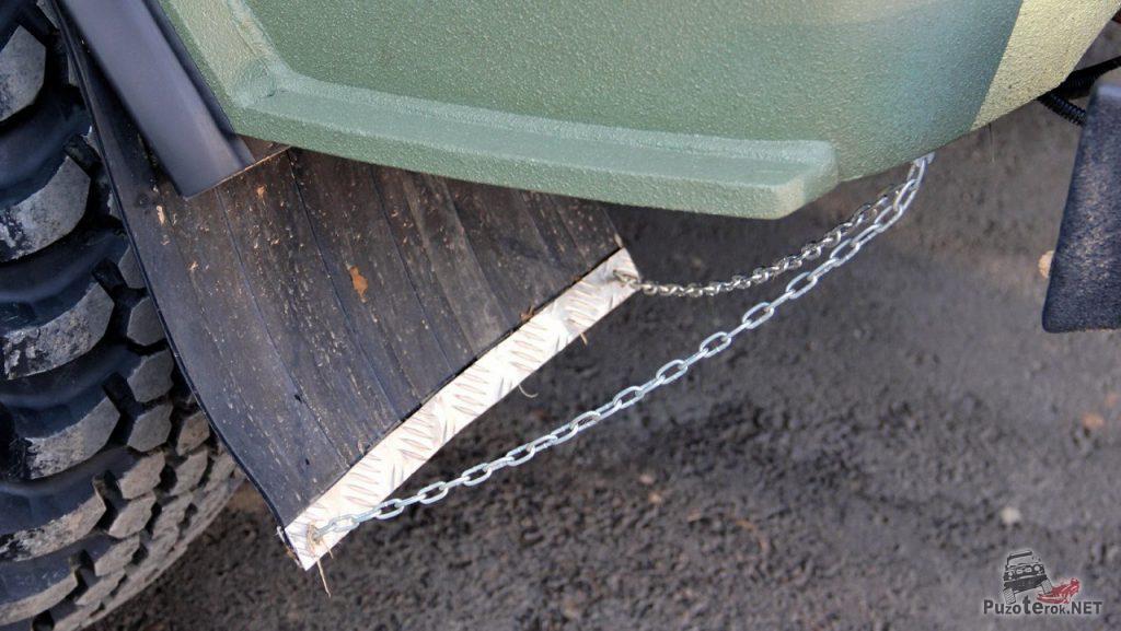 Увеличенный брызговики на Буханке, закрепленные цепью
