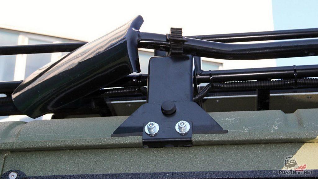 Джиперская лопата, закрепленная самохватами Стократ на багажнике