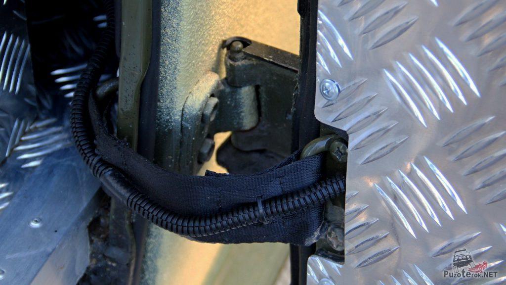 Боковая дверь электрифицирована. Провода проходят по ограничителю.