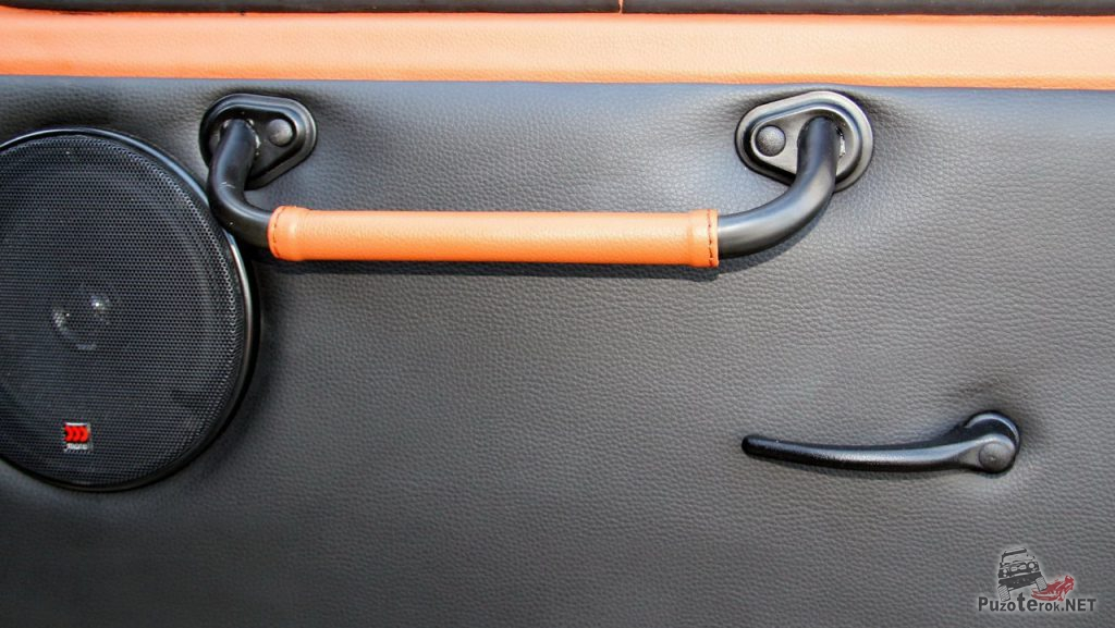 Дополнительная ручка двери установлена рядом с динамиком.