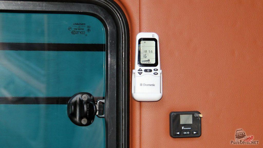 Для работы кондиционера в УАЗ Буханка на стене закреплен пульт управления