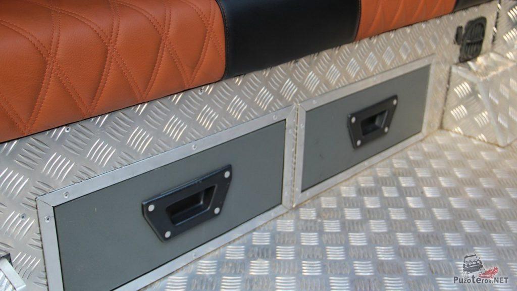 Кожаный диван в УАЗ Буханка, пол обшит рифленым алюминием
