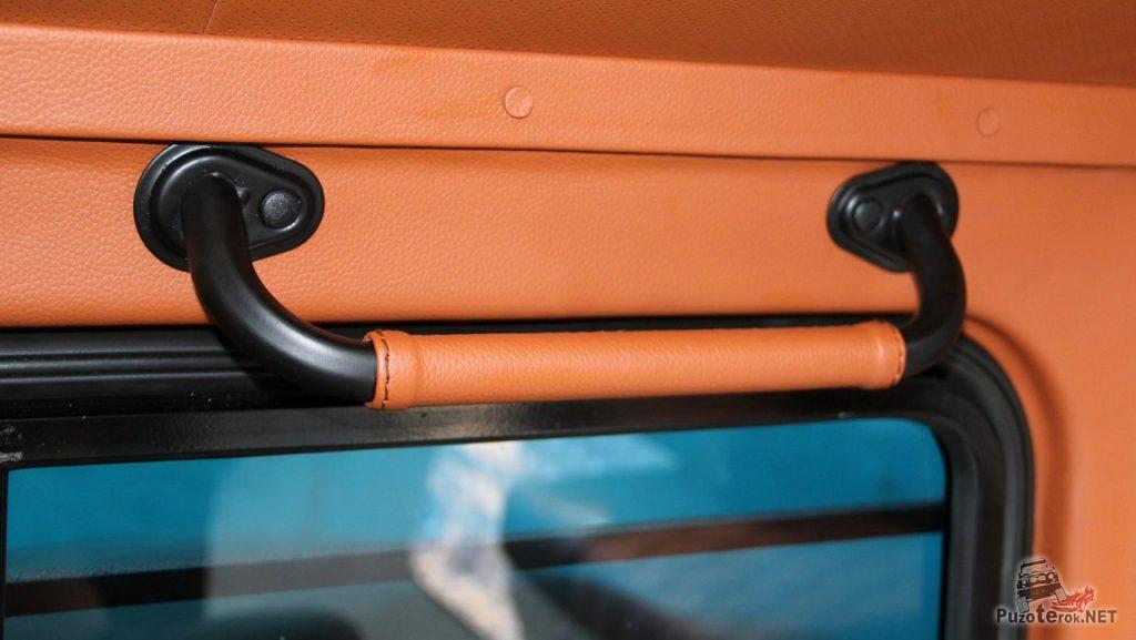 Для удобства пассажиров установлены дополнительные ручки, так же обшитые кожей. Просто и функционально.