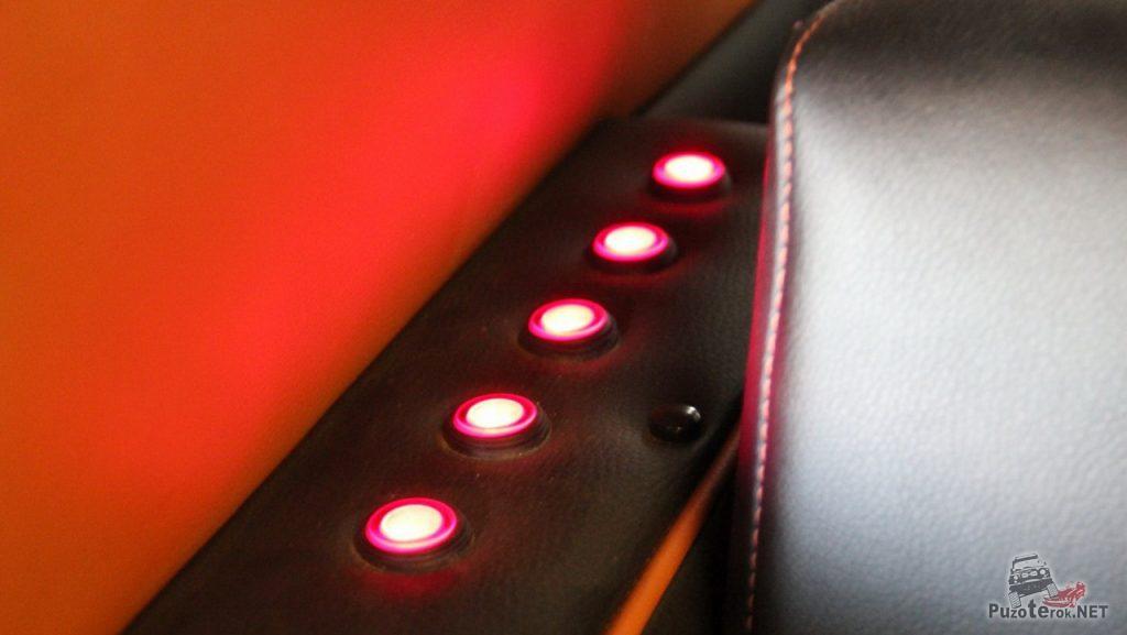 В салоне, на боковой панели выведены кнопки управления освещением, усилителем, телевизором и ТВ тюнером