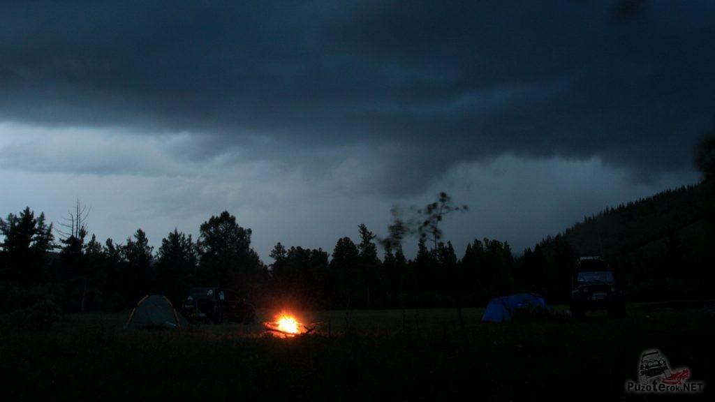 Ночной костер в лагере