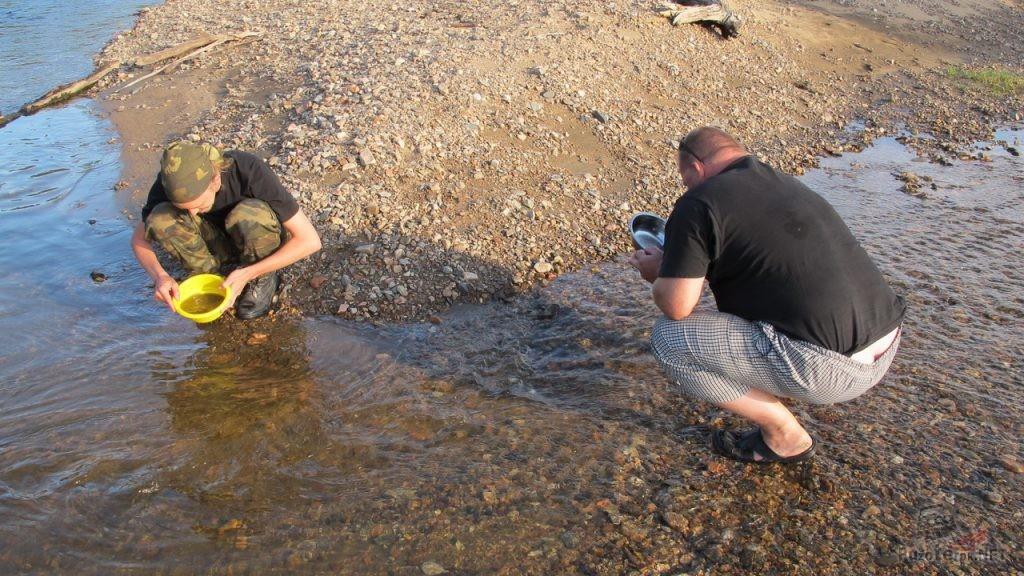 Старатели моют золото в горной реке