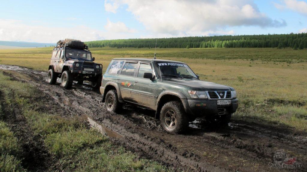 УАЗ и Ниссан Патрол едут по монгольской расквашеной дороге
