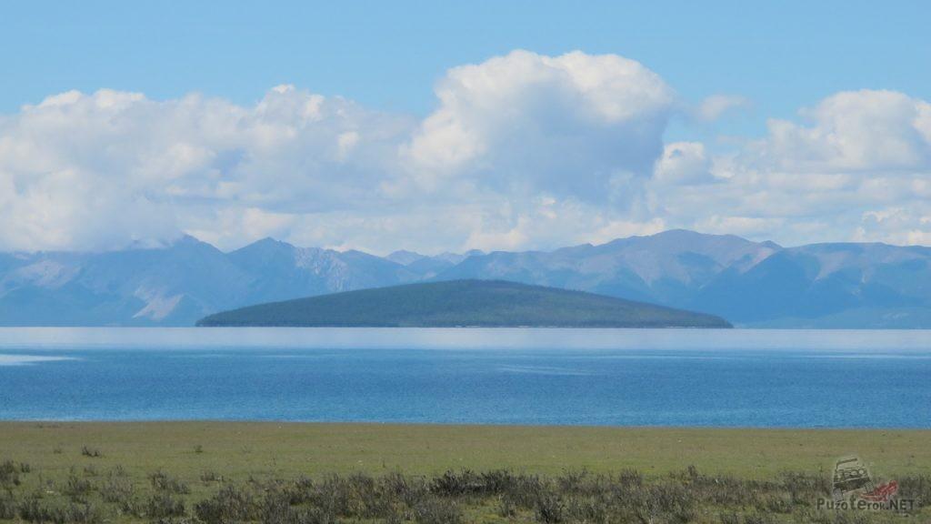 Вид на остров посреди озера