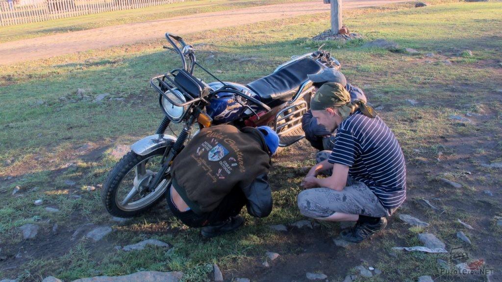 Помощь монголу в ремонте мотоцикла