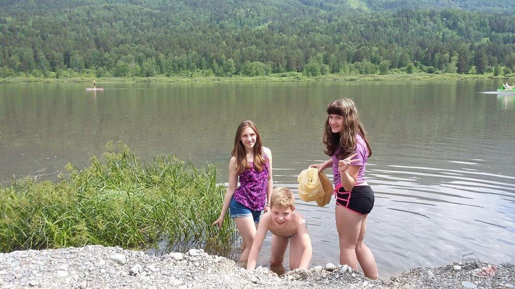 Дети на озере Манжерок