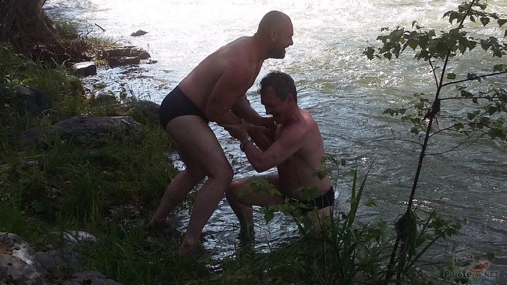 Купание в холодной воде горной реки