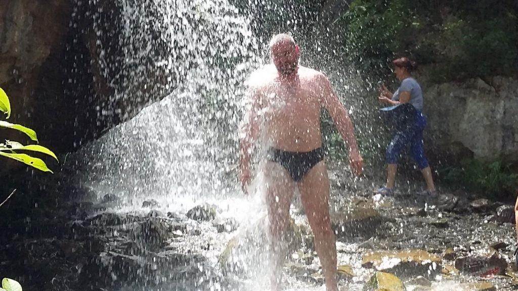 Купание в горном водопаде