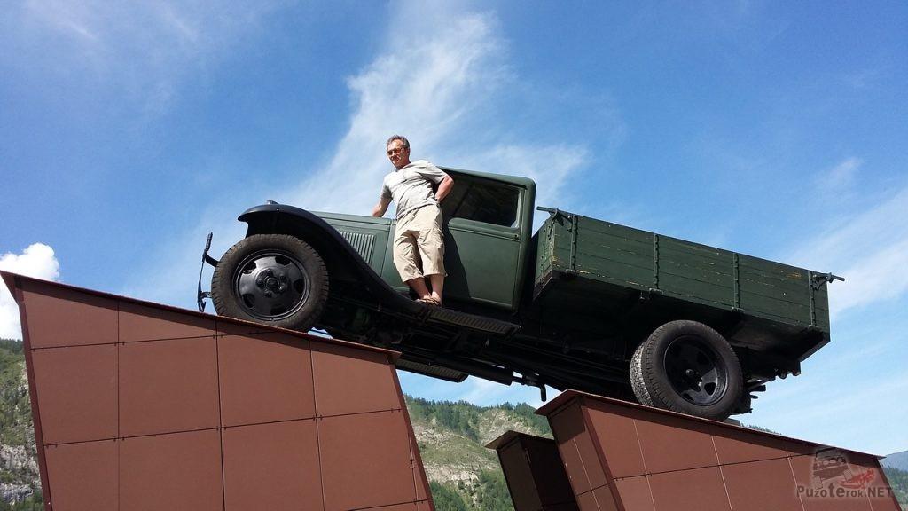 Фото на памятнике водителям чуйского тракта