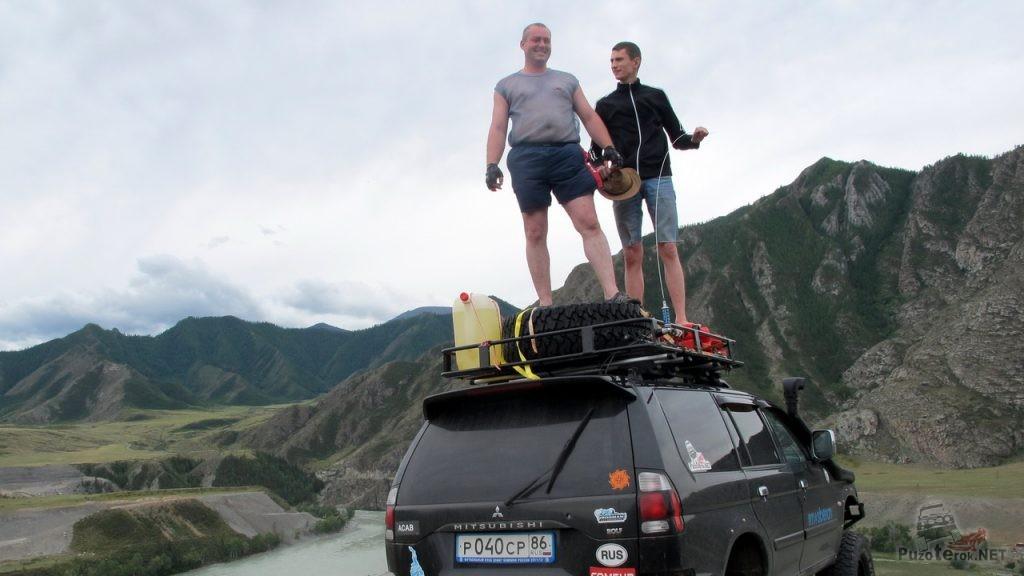 Мы забрались на багажник паджеро-спорт, поставив его у самого обрыва