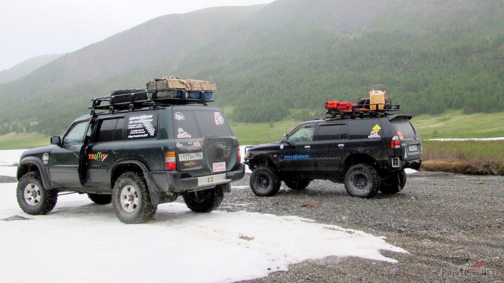 Внедорожники едут на Укок, снег в июле