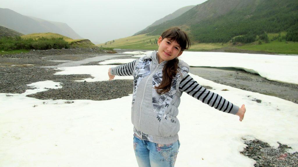 Татьяна позирует на снегу по дороге на укок