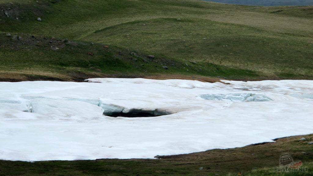 Лед на озере в июле