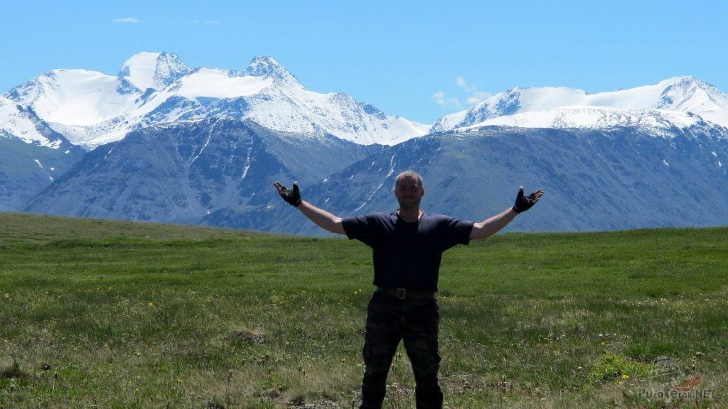 За спиной - горы Монголии