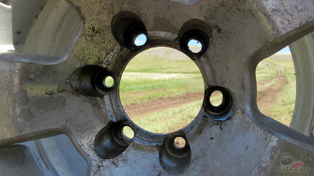Разбитые посадочные гнезда на колесном диске