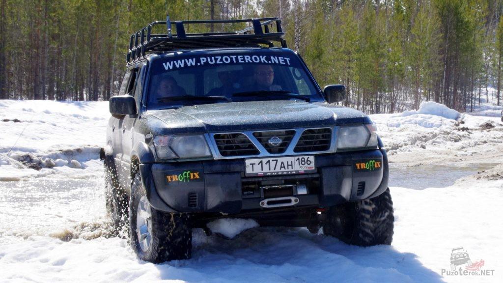 Nissan Patrol на куперах пробивает снежную дорогу весной