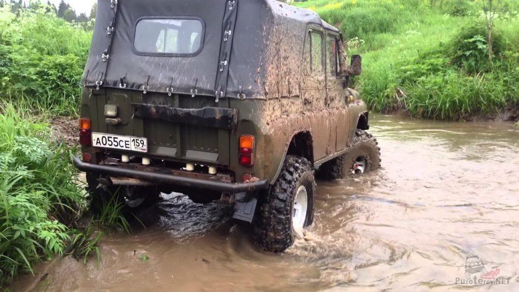 УАЗ на 35 Simex едет через ручей