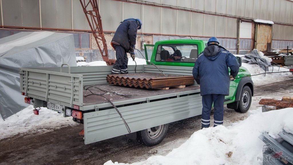 Бортовой УАЗ Профи на погрузке