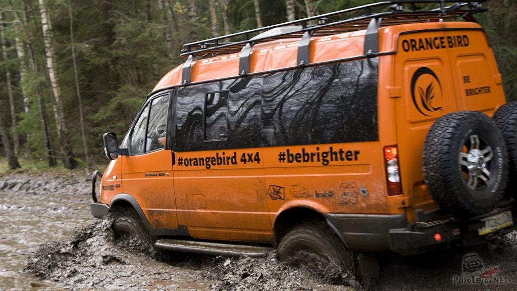Экспедиционный ГАЗ Соболь едет через грязь