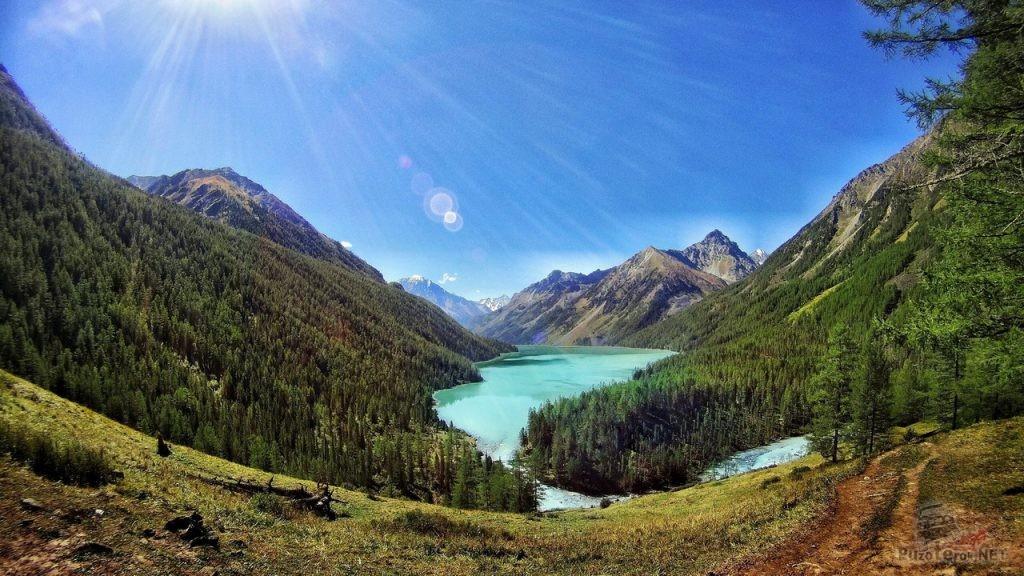 Каракольское озеро в горах Алтая
