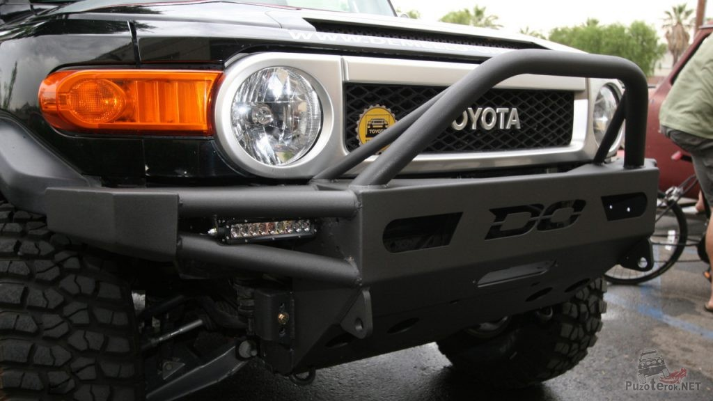 Красивый силовой бампер на Toyota FJ Cruiser