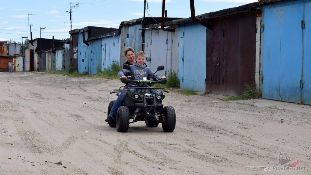 Мама с сыном устроили покатушки на квадроцикле Avantis