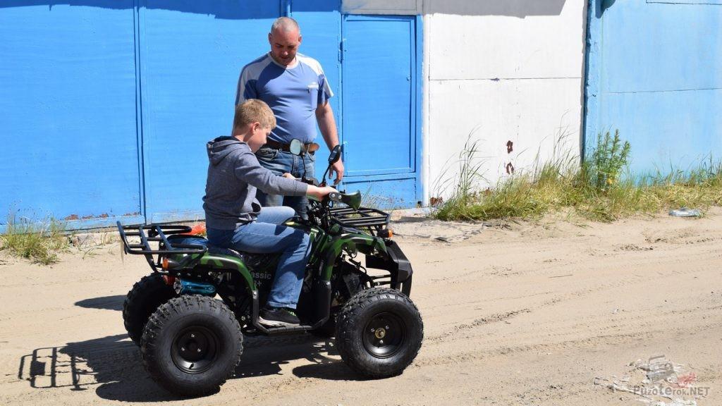 Отец рассказывает сыну об управлении квадроциклом Avantis