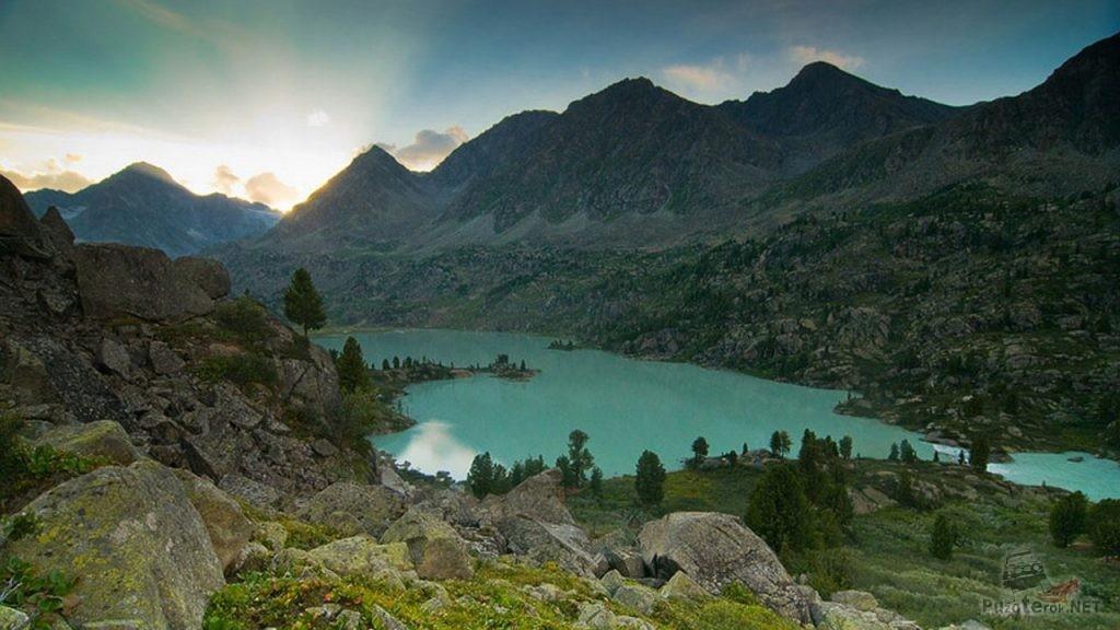 Озеро в горах на Алтае