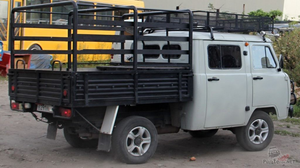 УАЗ Фермер с багажником на крыше и дугами на кузове
