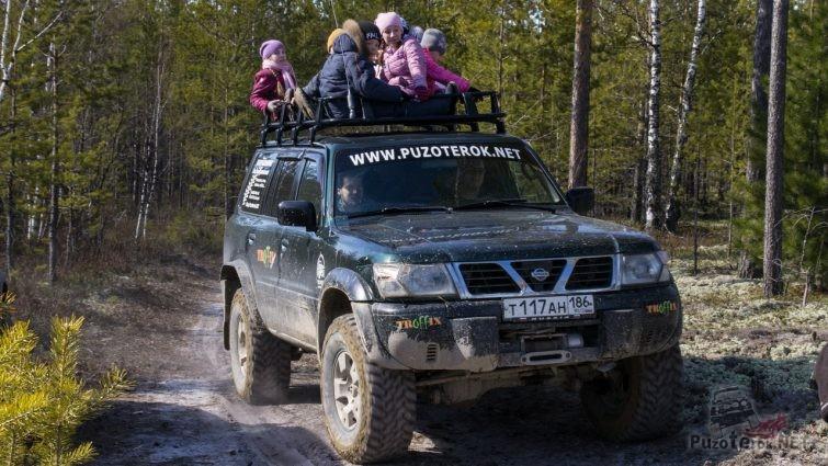 Дети катаются на багажнике Ниссан Патрол