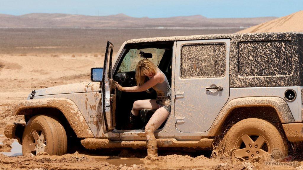 Девушка и джип застрял в грязи