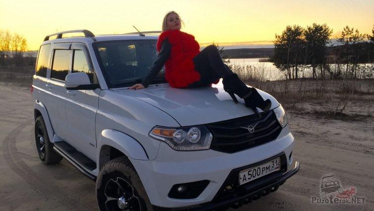 Девушка на капоте нового УАЗ Патриот
