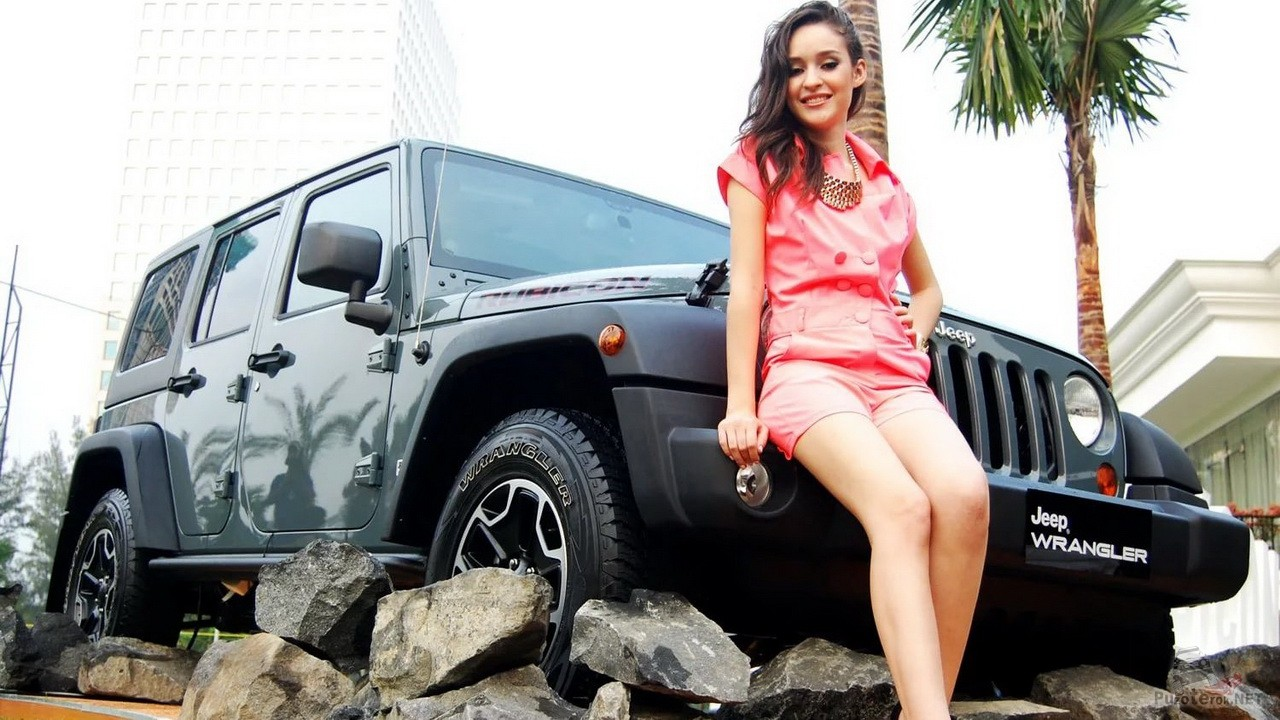 Девушка, пальмы и Jeep Wrangler