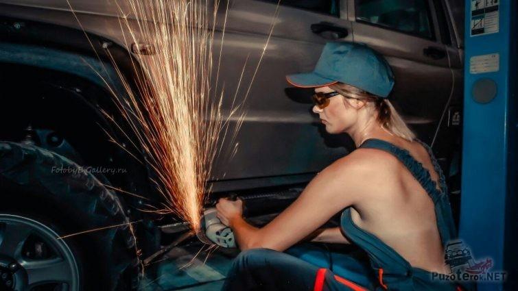 Девушка работает болгаркой с УАЗ Патриот
