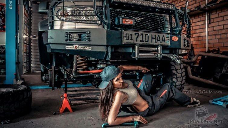 Девушка ремонтирует УАЗ Патриот