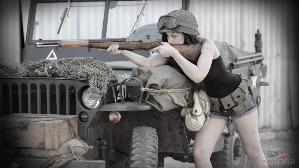 Девушка с винтовкой и виллис