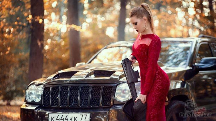 Девушка в вечернем платье с карабином
