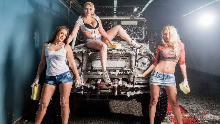 Девушки и УАЗ на мойке