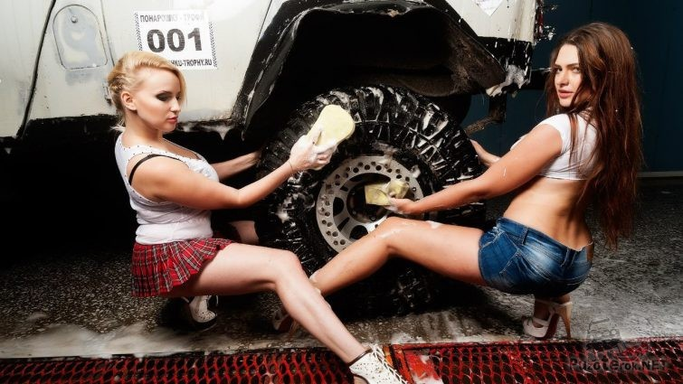 Девушки моют УАЗ хантер