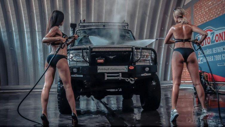 Девушки моют УАЗ Патриот