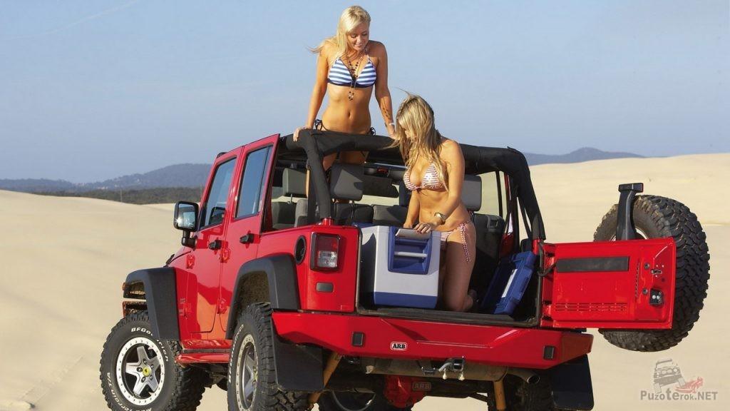 Девушки на красном джипе
