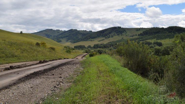 Дорога и горы в Солонешенском районе