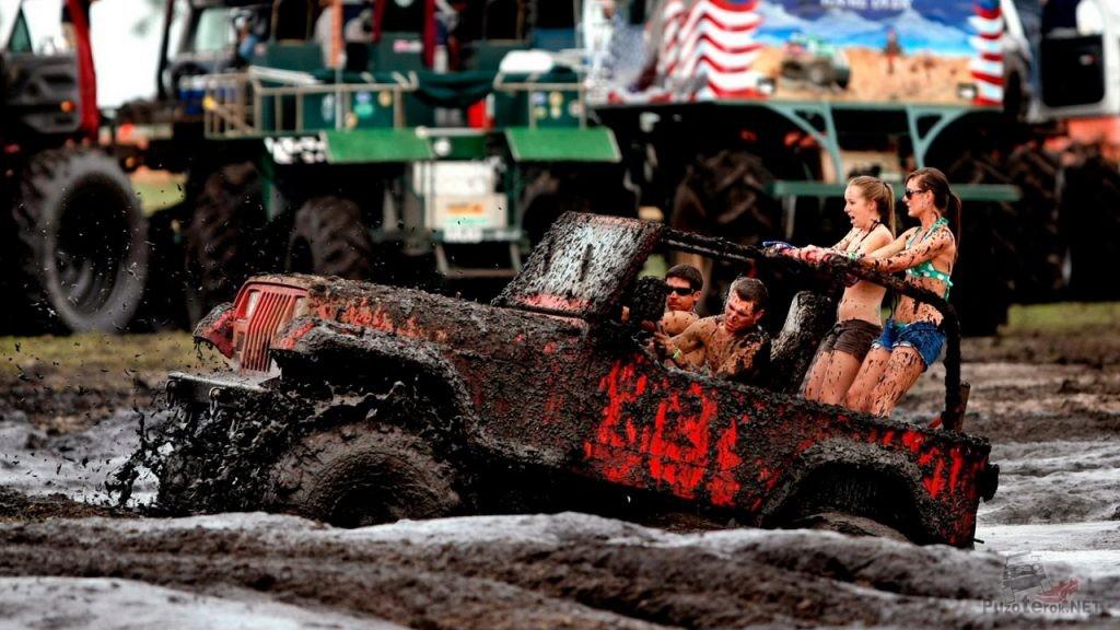 Джип в грязи с девушками