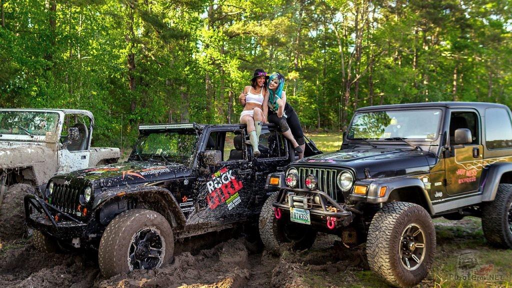 Джипы в грязи и красивые девушки