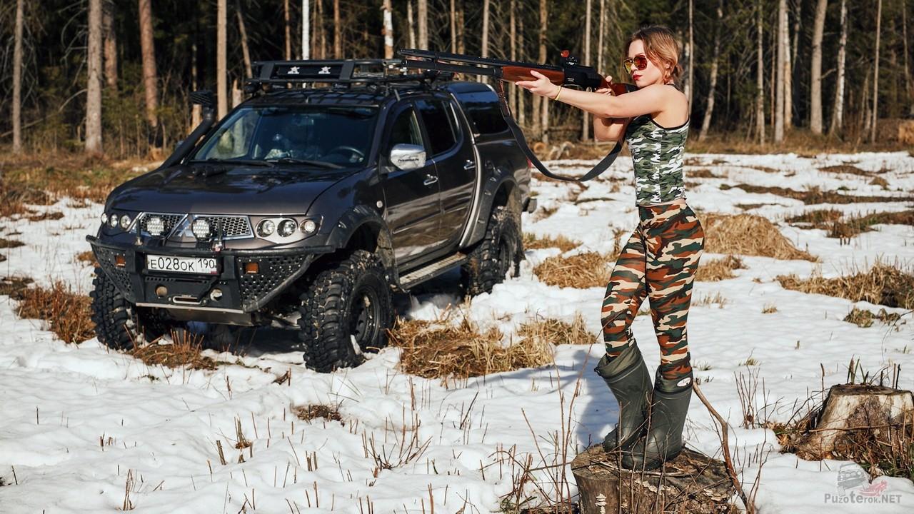 Фото Miss marzipanka с ружьем и внедорожник L200