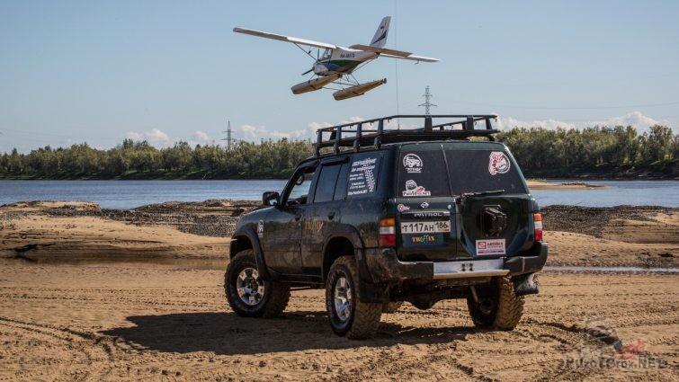 Фото Nissan Patrol и самолёт